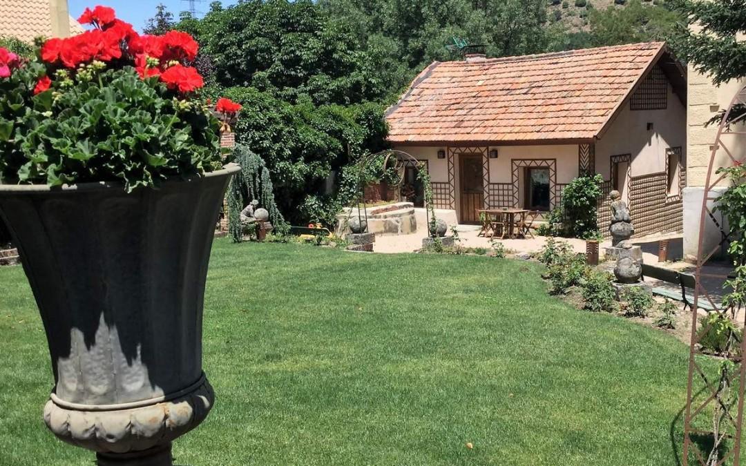 Jardín y casa de invitados al fondo
